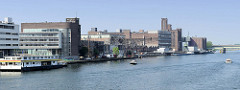 Docks von Maastricht - Wasserfront / Hafen der Stadt mit Verwaltungsgebäuden und Industriearchitektur.