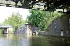 Altes Brückenfundament / Brückenpfeiler einer ehemaligen Eisenbahnbrücke über den Tiefstackkanal in Hamburg Billbrook.