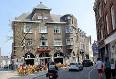 Bereich der ehemaligen Stadtmauer / Stadttor von Maastricht - jetzt zweistöckiges Backsteingebäude mit rundem Eckerker  - Café De Poort.