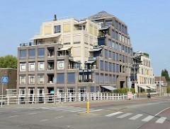 Kubisches Wohnhaus mit treppenformigen Terrassen - Hauptverkehrsstraße  Wilhelminasingel in Maastricht.