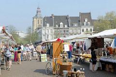 Flohmarkt / Marktstände auf dem Rathausplatz in Maastrich.