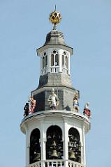 Glockenspielturm am Rathaus von Roermond. das Rathaus wurde im Jahr 1700 auf einem aus dem 13. Jahrhundert stammenden Kellergewölbe erbaut.