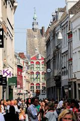 Fußgängerzone / Einkaufsstraße mit Passanten;  Grote Staat in Maastricht.
