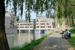 Verwaltungsgebäude der  Provinzregierung der niederländischen Provinz Limburg an der Maas in Maastricht; erbaut Anfang 1980, Entwurf des Architekten Gerard Snelder in Zusammenarbeit mit Architekten BNA.