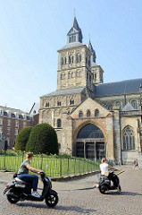 Blick zur Servaasbasiliek / Basilika des hl. Servatius in Maastricht - eine der ältesten erhaltenen Kirchen der Niederlande; Baubeginn im 11. Jahrhundert. Unter der französischen Besetzung 1797 Nutzung der Kirche als Pferdestall, dann Pfarrkirche -