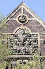 Fassade mit Reliefskulpturen an der ehemaligen Augustijnenkerk  an der  Kesselskade in Maastricht; errichtet im 17. Jahrhundertals Klosterkirche für den Orden der Augustiner.