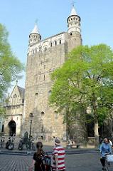 Liebfrauenbasilika / Basiliek von Onze Lieve Vrouwe in Maastricht.  Die Fundamente wurden um 1000 angelegt - das Kirchenschiff  stammt größtenteils aus der zweiten Hälfte des 12. Jahrhunderts.