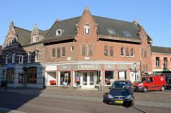 Eckgebäude - Backsteinensemle, Wohnhäuser mit Geschäften - Grotestraat in Venlo.