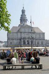Flohmarkt / Marktstände auf dem Rathausplatz in Maastricht; das Rathaus / Stadhuis wurde 1684 fertig gestellt.
