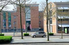Blick über die Avenue Céramique zum Bonnefantenmuseum in Maastricht - Ausstellung von zeitgenössischer Kunst; rechts die ehemalige Fabrikhalle Wiebengahal.