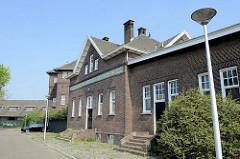 Backsteingebäude / Gewerbearchitektur in der Gebroders Hermansstraat von Maastricht - Fassadenaufschrift ZUID-NEDERLANDSCHE ZUIVELBOND.