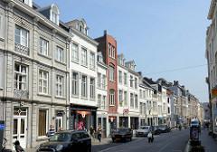 Wohnhäuser mit Geschäften im Erdgeschoss - unterschiedliche Architekturformen in der Grote Gracht von Maastricht.