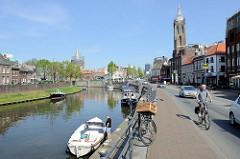 Liegeplätze für Sportboote am Fluss Rur in Roermond - im Hintergrund der Natalini Turm, re. der Kirchturm der Christoffelkathedraal / Hl. Christopherus Kirceh.