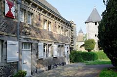 Historisches Gebäude vom Faliezistersklooster in Maastricht,  1647-52 im Maasländischen Renaissancestil umgebaut. Im Hintergrund Türme der alten Stadtbefestigung.