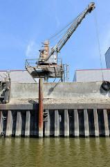 Alter Hafenkran auf einer Metallplattform bei einer leerstehenden Siloanlage / Speicher im Hamburger Hafen; der Kran hat eine Tragkraft von 2500 kg.