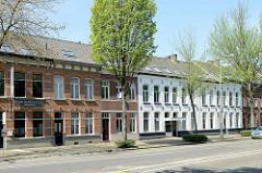 Einstöckige Backsteinhäuser / Reihenhäuser mit Wohnungen in der Straße Minderbroederssingel von Roermond.