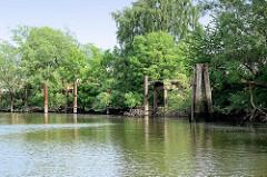 Stahldalben und Anlegestelle für Arbeitschiffeam Ufer vom Schmidt Kanal in Hamburg Wilhelmsburg.