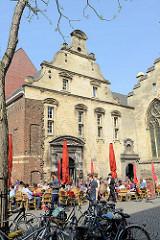 Blick über den Dominicanerplein in Maastricht - ehem. Klostergebäude, jetzt Nutzung als Café.