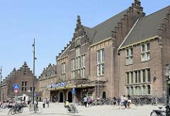 Empfangsgebäude vom Bahnhof Maastricht - Backsteingebäude mit Treppengiebel.