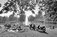 Liegewiese im Stadtpark von Maastricht - kleiner See mit Fontäne; historische Befestigungsanlage der Stadt.