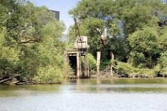 Reste eines alten Arbeitskrans am Ufer vom Schmidt Kanal in Hamburg Wilhelmsburg.