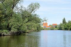 Blick über den Schmidt Kanal in Hamburg Wilhelmsburg. Der Schmidtkanal ist nach den beiden Architekten Franz-Peter und Hermann-Johannes Schmidt benannt, die das Gelände erschlossen und den Kanal 1895 gebaut haben.