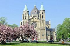 Blick zur ehemaligen katholischen St. Lambertuskerk  in Maastricht; die Kirche wurde 1916 fertig gestellt,  Architekt JHH van Groenendael.  1997 wurde das Kirchengebäude verkauft und es wurde ein Forschungszentrum mit Labors.