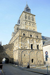 Blick zur Servaasbasiliek / Basilika des hl. Servatius in Maastricht - eine der ältesten erhaltenen Kirchen der Niederlande; Baubeginn im 11. Jahrhundert. Unter der französischen Besetzung 1797 Nutzung der Kirche als Pferdestall, dann Pfarrkirche - a