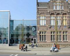 Alt + Neue - Backsteingebäude uund Glasfassade eines Kinos in der Sint Maartenslaan von Maastricht.