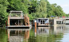 Moderne, neue Hausboote liegen am Ufer des Hochwasserbassins in Hamburg Hammerbrook.