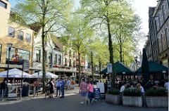 Fußgängerzone, Einkaufsstraße mit Restaurants und Geschäften - Monseigneur Nolensplein in Venlo.