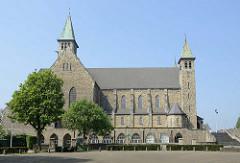 Blick zur römisch-katholischen Pfarrkirche  Theresiakerk am Sint Theresiaplein in Maastricht. Die Kirche wurde 1934 fertig gestellt - Architekten Josef und Hubert van Groenendael.