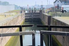 Historische Schleuse mit Holztoren - Einfahrt von der Maas in das Hafenbecken Bassin in Maastricht.