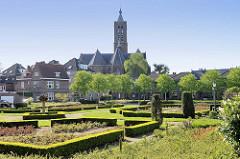Grünanlage / Gartenanlage, öffentlicher Park mit Buchsbaumhecken - Blick zur Sankt Martin Kirche / Martinikerk in Venlo.