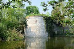 Teile der historischen Befestigungsanlage / Stadtmauer von Maastricht.