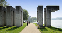 Ufer der Maas beim Verwaltungsgebäude der  Provinzregierung der niederländischen Provinz Limburg in Maastricht.