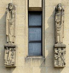 Steinskulpturen an der Fassade der katholischen Herz-Jesu-Kirche oder Koepelkerk in Maastricht.