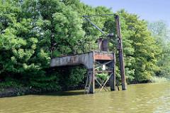 Alter Anleger mit Krananlage - stillgelegte Löschanlage im Hamburger Hafen - Metallkonstruktion.