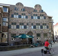 Ald Weishöès / altes Waisenhaus in der Grote Kerkstraat von Venlo, erbaut um 1611.