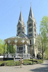 Musikpavillon auf dem Munsterpleinin Roermond, errichtet 1898 - Entwurf  P. J. H. Cuypers. Dahinter die Türme der Ehemalige Zisterzienser-Klosterkirche Onze-Lieve-Vrouwe-Munsterkerk / Münsterkirche.