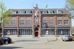 Historisches Feuerwehrgebäude  mit neu eingebauten Rolltoren, Ausfahrten für die Feuerwehrfahrzeuge in der Straße Minderbroederssingel von Roermond.