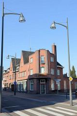 Eckgebäude in expressionistische Backsteinarchitektur mit abgerundeten Säulen und hohem Schornstein im Roermondseweg  von Venlo.