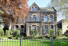 Historische Backsteinvilla mit Vorgarten und Buchsbaumhecken in der Burgemeester van Rijnsingel von Venlo