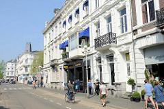 Historische Gründerzeitarchitektur mit weißer Fassade - Wohnhäuser / Geschäftshäuser in der Napoleonsbaan Noord von Maastricht.