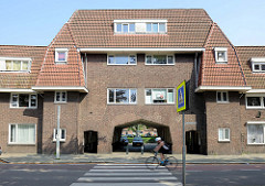 Torweg einer Wohnsiedlung im Franciscus Romanusweg von Maastricht, erbaut 1921 - Architekten Z. Gulden und J. Geldmaker.