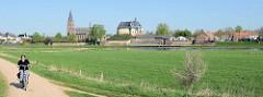Blick über die Maas auf die Burgruine De Keverberg und die Dorfkirche von Kessel;