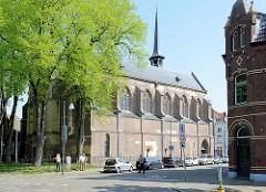 Blick zur protestantischen Kirche / Minderbroederskerk in der Minderbroedersstraat von Roermond.