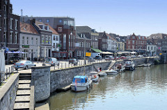 Liegeplätze für Sportboote an der Kaimauer der Rur im Stadtzentrum von Roermond.