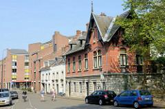 Historische und moderne Archtektur in der Sint Pieterstraat von Maastricht.