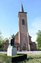 Heilige Familiekerk  in Venlo, erbaut 41939 - Entwurf  Alexander Kropholler und Frans Stoks. Im Vordergrund Statue des Gründers der Bruderschaft, 1938 von Piet Verdonk geschaffen.